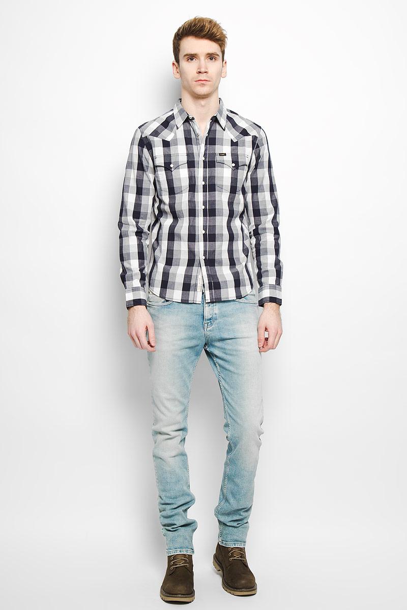 РубашкаL643ZO01Стильная мужская рубашка Lee, выполненная из натурального хлопка, мягкая и приятная на ощупь, не сковывает движения и позволяет коже дышать, обеспечивая комфорт. Модель с отложным воротником и длинными рукавами застегивается на металлические кнопки по всей длине. Спереди модель дополнена двумя нагрудными карманами с клапанами на кнопках. Изделие оформлено принтом в клетку. Эта модная и удобная рубашка послужит отличным дополнением к вашему гардеробу.