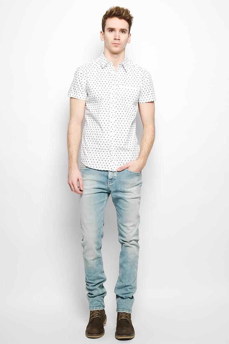 Рубашка мужская. W59107M02W59107M02Стильная мужская рубашка Wrangler, выполненная из натурального хлопка, мягкая и приятная на ощупь, не сковывает движения и позволяет коже дышать, обеспечивая комфорт. Модель с отложным воротником и короткими рукавами застегивается на пластиковые пуговицы по всей длине. Спереди модель дополнена втачным нагрудным карманом. Изделие оформлено принтом горох. Эта модная и удобная рубашка послужит отличным дополнением к вашему гардеробу.