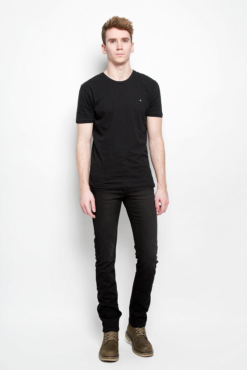 Джинсы мужские. 0965/517390965/51739_w.blackСтильные мужские джинсы F5 - джинсы высочайшего качества на каждый день, которые прекрасно сидят. Модель классического кроя и средней посадки изготовлена из высококачественного хлопка с небольшим добавлением эластана. Застегиваются джинсы на пуговицу в поясе и ширинку на молнии, имеются шлевки для ремня. Спереди модель дополнена двумя втачными карманами и одним небольшим секретным кармашком, а сзади - двумя накладными карманами. Джинсы оформлены лёгким эффектом потертости, металлическими кнопками и декоративной отстрочкой. Эти модные и в тоже время комфортные джинсы послужат отличным дополнением к вашему гардеробу. В них вы всегда будете чувствовать себя уютно и комфортно.
