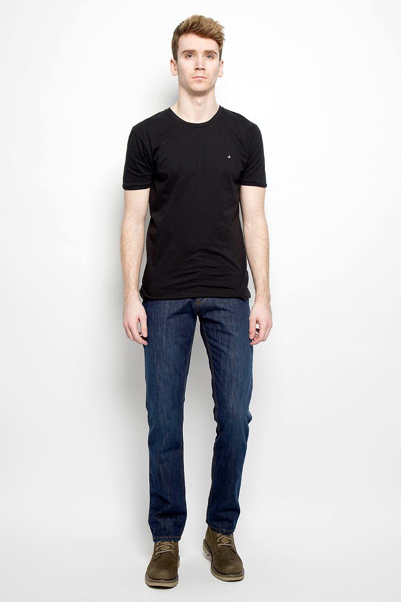 Джинсы мужские. 09257/5166409257/51664_w.darkСтильные мужские джинсы F5 - джинсы высочайшего качества на каждый день, которые прекрасно сидят. Модель классического кроя и средней посадки изготовлена из высококачественного хлопка с добавлением полиэстера и эластана. Застегиваются джинсы на пуговицу в поясе и ширинку на молнии, имеются шлевки для ремня. Спереди модель дополнена двумя втачными карманами и одним небольшим секретным кармашком, а сзади - двумя накладными карманами. Джинсы оформлены контрастной отстрочкой. Эти модные и в тоже время комфортные джинсы послужат отличным дополнением к вашему гардеробу. В них вы всегда будете чувствовать себя уютно и комфортно.