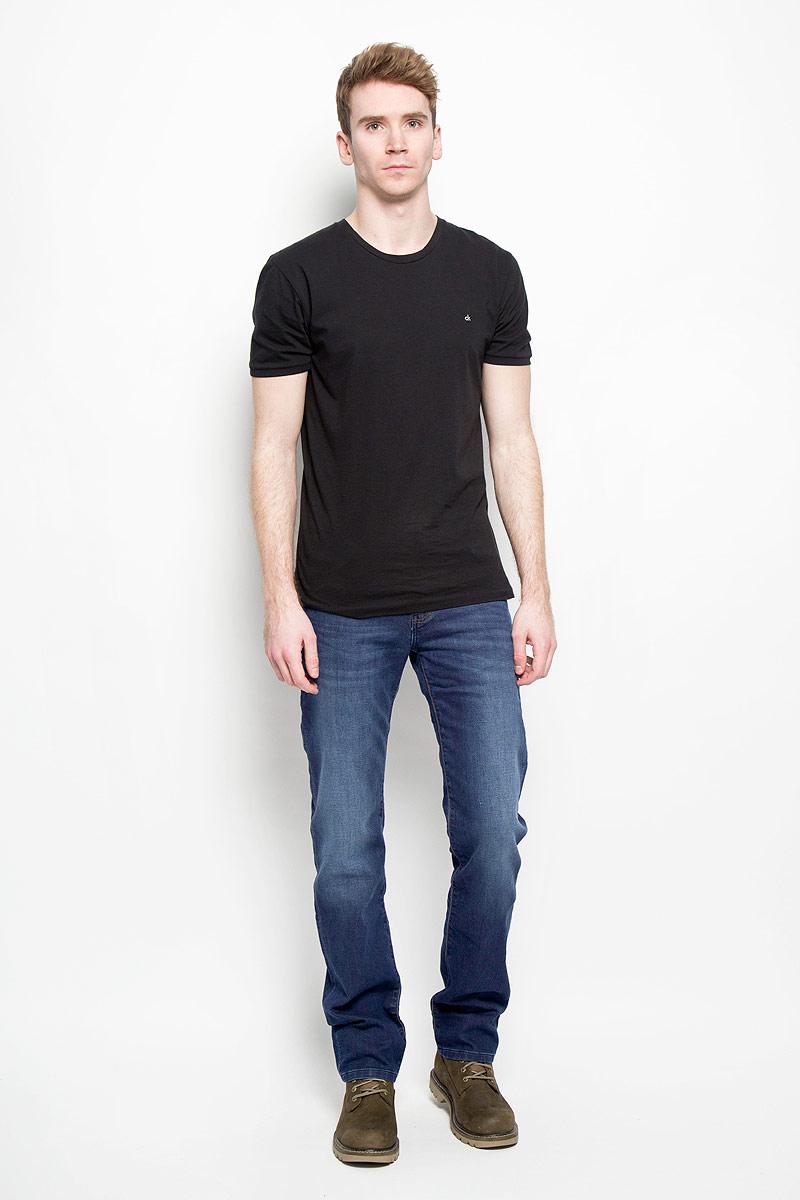 Джинсы мужские Arizona Stretch. W12OAC70IW12OAC70IМужские джинсы Wrangler Arizona Stretch станут отличным дополнением к вашему гардеробу. Джинсы выполнены из эластичного хлопка и полиэстера с применением технологии вязания, благодаря чему они очень удобные и комфортные в носке. Изделие мягкое и приятное на ощупь, не сковывает движения и позволяет коже дышать. Модель на поясе застегивается на металлическую пуговицу и имеет ширинку на застежке-молнии, а также шлевки для ремня. Спереди расположены два втачных кармана и один маленький накладной, а сзади - два накладных кармана. Изделие с легким эффектом потертости оформлено прострочкой, украшено небольшой нашивкой с названием бренда. Современный дизайн, отличное качество и расцветка делают эти джинсы модным, стильным и практичным предметом мужской одежды. Такая модель подарит вам комфорт в течение всего дня.