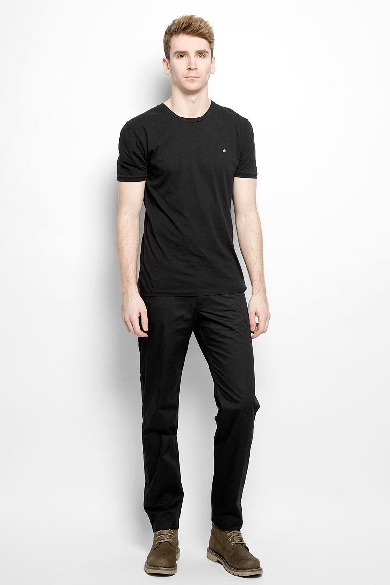 B16-22012Стильные мужские брюки Finn Flare - брюки высочайшего качества на каждый день, которые прекрасно сидят. Модель классического кроя и средней посадки изготовлена из натурального хлопка. Застегиваются брюки на пуговицу в поясе и ширинку на молнии, имеются шлевки для ремня. Спереди модель дополнена двумя втачными карманами, сзади - двумя втачными карманами на молниях. Эти модные и в тоже время комфортные брюки послужат отличным дополнением к вашему гардеробу. В них вы всегда будете чувствовать себя уютно и комфортно.