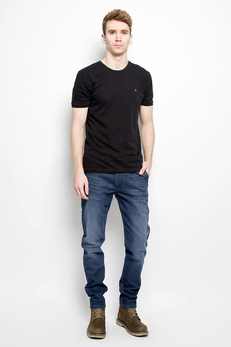 Джинсы мужские. W16DAC70IW16DAC70IСтильные мужские джинсы Wrangler - джинсы высочайшего качества на каждый день, которые прекрасно сидят. Модель свободного кроя и средней посадки изготовлена из высококачественного хлопка с добавлением полиэстера и эластана. Джинсы на эластичной резинке в поясе дополнительно завязываются на текстильный шнурок. Спереди модель дополнена двумя втачными карманами и одним небольшим секретным кармашком, а сзади - двумя втачными карманами с клапанами на пуговицах. Эти модные и в тоже время комфортные джинсы послужат отличным дополнением к вашему гардеробу. В них вы всегда будете чувствовать себя уютно и комфортно.