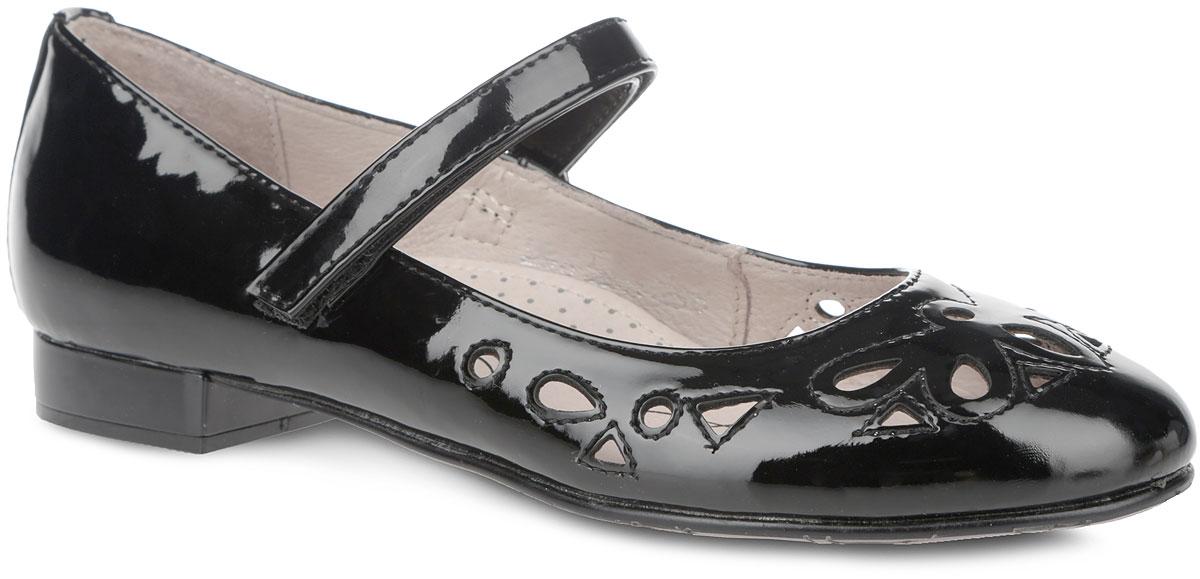 94019-1Прелестные туфли от Kapika очаруют вашу дочурку с первого взгляда! Модель выполнена из искусственной лакированной кожи. Мыс туфель оформлен оригинальной легкой перфорацией. Ремешок на застежке-липучке отвечает за надежную фиксацию модели на ноге. Подкладка из натуральной кожи предотвращает натирание. Стелька из ЭВА с верхним покрытием из натуральной кожи дополнена цветочным принтом, логотипом бренда и супинатором, который обеспечивает правильное положение ноги ребенка при ходьбе, предотвращает плоскостопие. Рифленая поверхность каблука и подошвы защищает изделие от скольжения. Удобные туфли - незаменимая вещь в гардеробе каждой девочки.