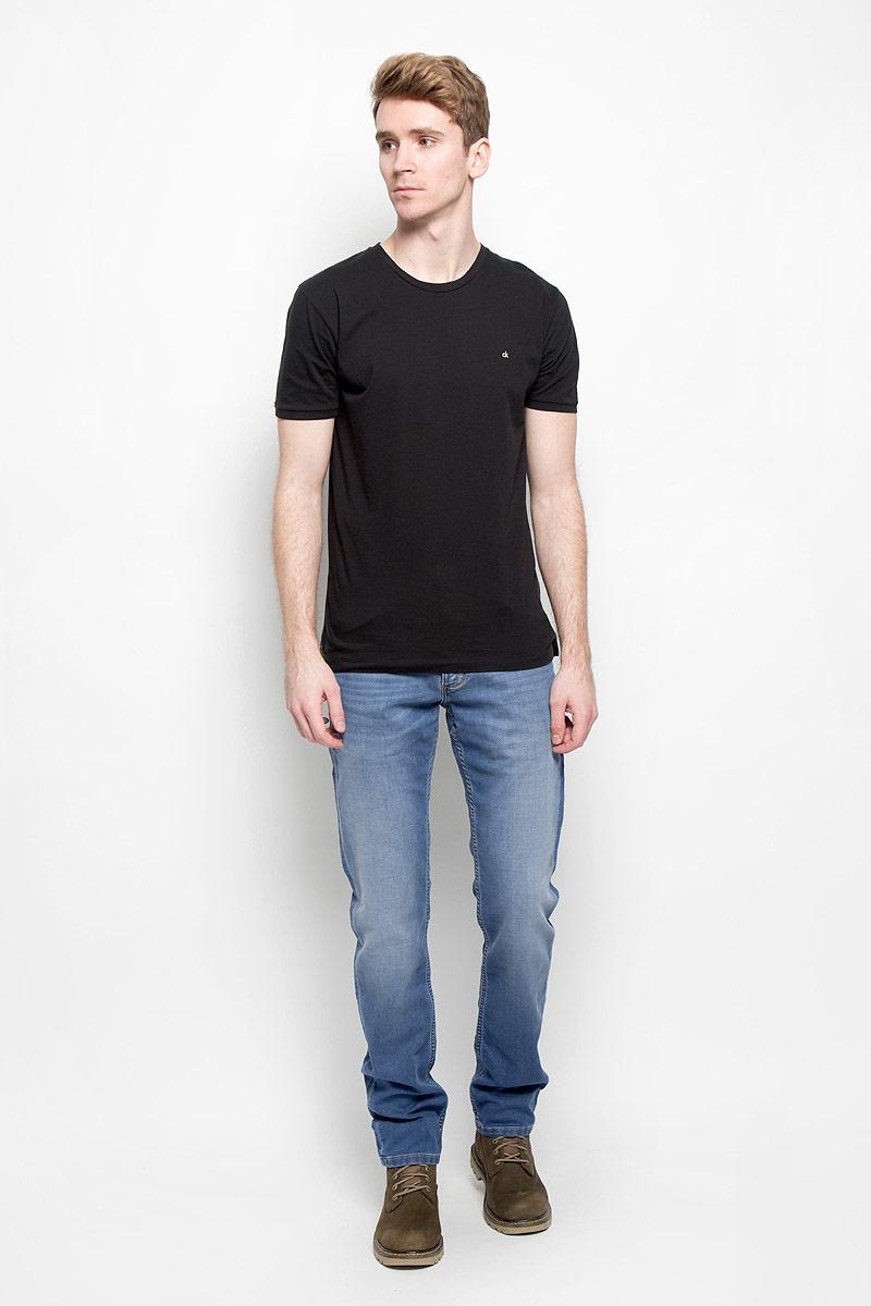 Джинсы мужские. W15QAC70EW15QAC70EМодные мужские джинсы Wrangler - это джинсы высочайшего качества, которые прекрасно сидят. Они выполнены из высококачественного эластичного хлопка с добавлением полиэстера, что обеспечивает комфорт и удобство при носке. Классические прямые джинсы стандартной посадки станут отличным дополнением к вашему современному образу. Джинсы застегиваются на пуговицу в поясе и ширинку на застежке-молнии, имеются шлевки для ремня. Джинсы имеют классический пятикарманный крой: спереди модель оформлена двумя втачными карманами и одним маленьким накладным кармашком, а сзади - двумя накладными карманами. Джинсы изготовлены по специальной технологии, они обеспечат вам комфорт, сравнимый со спортивной одеждой. Эти модные и в тоже время комфортные джинсы послужат отличным дополнением к вашему гардеробу.