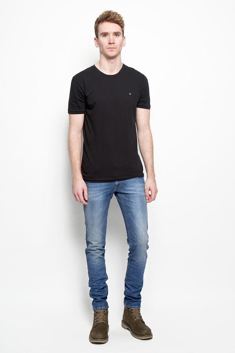 Джинсы мужские. L706BCQDL706BCQDМодные мужские джинсы Lee - это джинсы высочайшего качества, которые прекрасно сидят. Они выполнены из высококачественного эластичного хлопка, что обеспечивает комфорт и удобство при носке. Классические прямые джинсы стандартной посадки станут отличным дополнением к вашему современному образу. Джинсы застегиваются на пуговицу в поясе и ширинку на потайных металлических пуговицах, имеются шлевки для ремня. Джинсы имеют классический пятикарманный крой: спереди модель оформлена двумя втачными карманами и одним маленьким накладным кармашком, а сзади - двумя накладными карманами. Модель оформлена декоративными потертостями. Эти модные и в тоже время комфортные джинсы послужат отличным дополнением к вашему гардеробу.