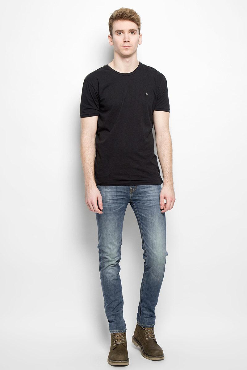 Джинсы мужские Arvin. L732QAPZL732QAPZСтильные мужские джинсы Lee Arvin - джинсы высочайшего качества на каждый день, которые прекрасно сидят. Модель классического кроя и средней посадки изготовлена из высококачественного хлопка с добавлением эластана. Застегиваются джинсы на пуговицу в поясе и ширинку на молнии, имеются шлевки для ремня. Спереди модель дополнена двумя втачными карманами и одним небольшим секретным кармашком, а сзади - двумя накладными карманами. Джинсы оформлены контрастной отстрочкой и легким эффектом потертости. Эти модные и в тоже время комфортные джинсы послужат отличным дополнением к вашему гардеробу. В них вы всегда будете чувствовать себя уютно и комфортно.