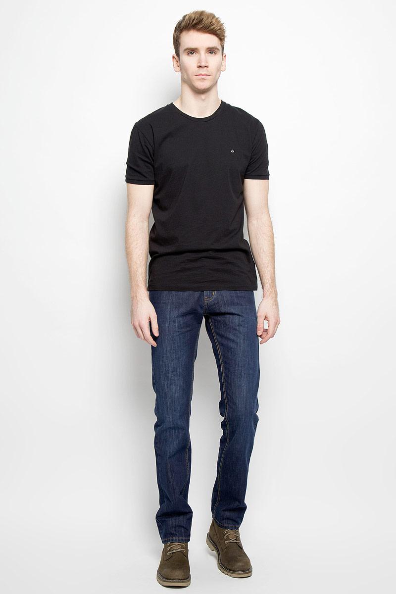Джинсы мужские. 09348/5166409348/51664 _w.darkСтильные мужские джинсы F5 - джинсы высочайшего качества на каждый день, которые прекрасно сидят. Модель классического кроя и средней посадки изготовлена из высококачественного хлопка. Застегиваются джинсы на пуговицу в поясе и ширинку на молнии, имеются шлевки для ремня. Спереди модель дополнена двумя втачными карманами и одним небольшим секретным кармашком, а сзади - двумя накладными карманами. Джинсы оформлены контрастной отстрочкой. Эти модные и в тоже время комфортные джинсы послужат отличным дополнением к вашему гардеробу. В них вы всегда будете чувствовать себя уютно и комфортно.