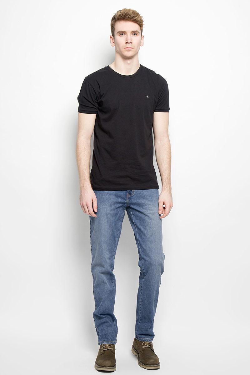 Джинсы мужские. W121DI47PW121DI47PСтильные мужские джинсы Wrangler - джинсы высочайшего качества на каждый день, которые прекрасно сидят. Модель классического кроя и средней посадки изготовлена из высококачественного хлопка с добавлением эластана. Застегиваются джинсы на пуговицу в поясе и ширинку на молнии, имеются шлевки для ремня. Спереди модель дополнена двумя втачными карманами и одним небольшим секретным кармашком, а сзади - двумя накладными карманами. Джинсы оформлены контрастной отстрочкой и легким эффектом потертости. Эти модные и в тоже время комфортные джинсы послужат отличным дополнением к вашему гардеробу. В них вы всегда будете чувствовать себя уютно и комфортно.