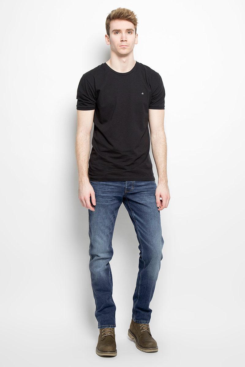 Джинсы мужские. W1846271BW1846271BСтильные мужские джинсы Wrangler - джинсы высочайшего качества на каждый день, которые прекрасно сидят. Модель классического кроя и средней посадки изготовлена из высококачественного хлопка с добавлением эластана. Застегиваются джинсы на пуговицу в поясе и ширинку на молнии, имеются шлевки для ремня. Спереди модель дополнена двумя втачными карманами и одним небольшим секретным кармашком, а сзади - двумя накладными карманами. Джинсы оформлены контрастной отстрочкой и легким эффектом потертости. Карманы дополнены кожаной отделкой. Эти модные и в тоже время комфортные джинсы послужат отличным дополнением к вашему гардеробу. В них вы всегда будете чувствовать себя уютно и комфортно.