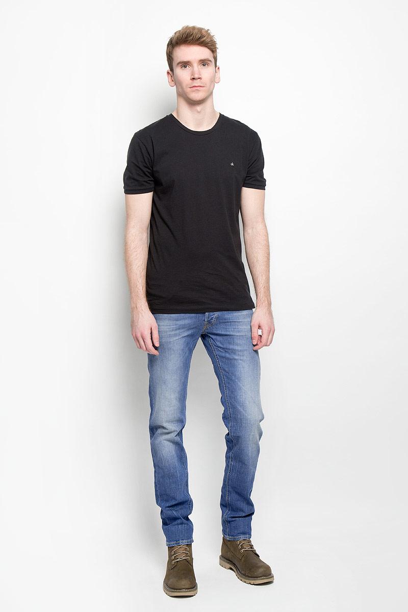 Джинсы мужские. L719BCQDL719BCQDСтильные мужские джинсы Lee зауженного кроя с заниженной посадкой. Джинсы застегиваются на металлическую пуговицу в поясе и ширинку на застежке-молнии, имеются шлевки для ремня. Джинсы имеют классический пятикарманный крой: спереди модель дополнена двумя втачными карманами и одним маленьким накладным кармашком, а сзади - двумя накладными карманами. Изделие оформлено контрастной строчкой, эффектными потертостями. В них вы будете чувствовать себя уверенно и комфортно.