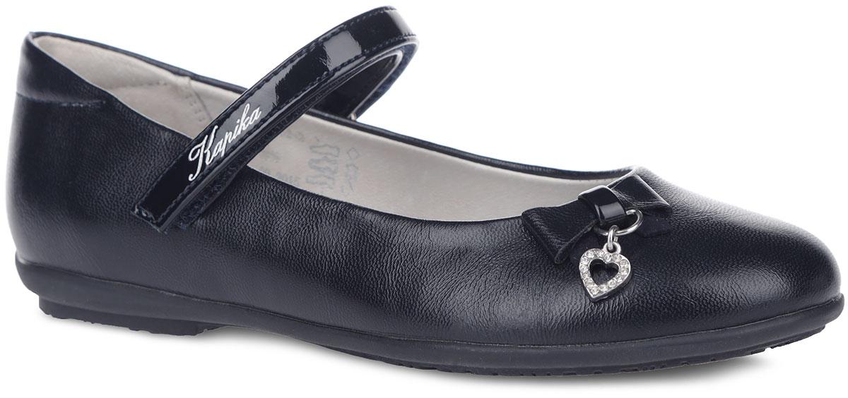 Туфли для девочки. 9306293062-1Чудесные туфли от Kapika очаруют вашу дочурку с первого взгляда! Модель выполнена из искусственной кожи. Мыс оформлен милым бантиком с металлической подвеской в форме сердца, инкрустированной стразами. Ремешок на застежке-липучке, оформленный названием бренда, отвечает за надежную фиксацию обуви на ноге. Подкладка из натуральной кожи предотвращает натирание. Стелька ЭВА с поверхностью из натуральной кожи дополнена супинатором, который обеспечивает правильное положение ноги ребенка при ходьбе, предотвращает плоскостопие. Рифленая поверхность каблука и подошвы обеспечивает идеальное сцепление с любыми поверхностями. Удобные туфли - незаменимая вещь в гардеробе каждой девочки.