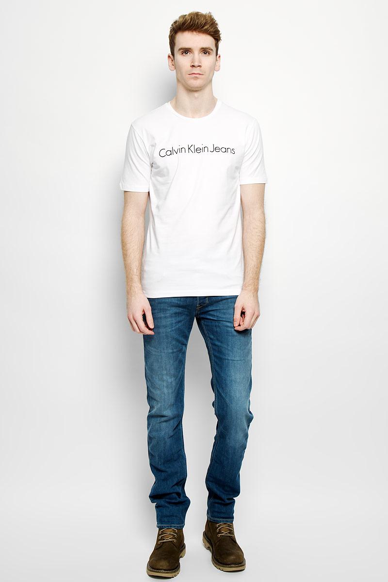 J3EJ303543Стильная мужская футболка Calvin Klein Jeans, выполненная из эластичного хлопка, необычайно мягкая и приятная на ощупь, не сковывает движения и позволяет коже дышать, обеспечивая комфорт. Модель с круглым вырезом горловины и короткими рукавами спереди оформлена надписью Calvin Klein Jeans. Вырез горловины дополнен трикотажной эластичной резинкой, что предотвращает деформацию при носке. Футболка Calvin Klein Jeans станет отличным дополнением к вашему гардеробу.
