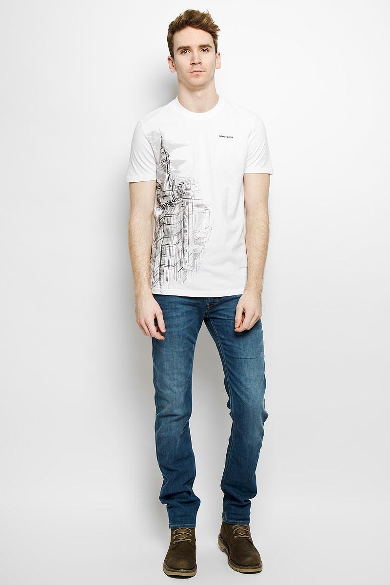 ФутболкаB16-21026Стильная мужская футболка Finn Flare, выполненная из натурального хлопка, необычайно мягкая и приятная на ощупь, не сковывает движения и позволяет коже дышать, обеспечивая комфорт. Модель с круглым вырезом горловины и короткими рукавами спереди оформлена оригинальным принтом. Вырез горловины дополнен трикотажной эластичной резинкой, что предотвращает деформацию при носке. Футболка Finn Flare станет отличным дополнением к вашему гардеробу.