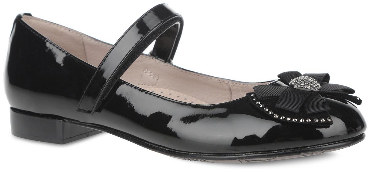 Туфли для девочки. 94020-194020-1Чудесные туфли от Kapika очаруют вашу дочурку с первого взгляда! Модель выполнена из искусственной лаковой кожи. Мыс оформлен оригинальным бантом-бабочкой из искусственного велюра и текстиля, который дополнен по краям стразами и декоративным металлическим элементом в форме сердца, инкрустированным более мелкими стразами. Ремешок на застежке-липучке отвечает за надежную фиксацию модели на ноге. Подкладка из натуральной кожи предотвращает натирание. Стелька из ЭВА с верхним покрытием из натуральной кожи дополнена цветочным принтом, логотипом бренда и супинатором, который обеспечивает правильное положение ноги ребенка при ходьбе, предотвращает плоскостопие. Рифленая поверхность каблука и подошвы защищает изделие от скольжения. Удобные туфли - незаменимая вещь в гардеробе каждой девочки.