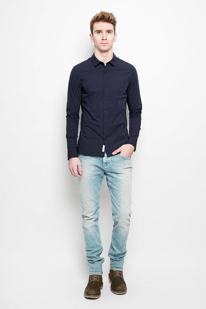 РубашкаJ3EJ303548Стильная мужская рубашка Calvin Klein Jeans станет прекрасным дополнением к вашему гардеробу. Она выполнена из натурального хлопка с добавлением эластана, обладает высокой теплопроводностью, воздухопроницаемостью и гигроскопичностью, позволяет коже дышать, тем самым обеспечивая наибольший комфорт при носке даже жарким летом. Модель силуэта extra slim fit с длинными рукавами и отложным воротником застегивается на пуговицы. Рукава дополнены манжетами на пуговицах. Такая рубашка будет дарить вам комфорт и уверенность в течение всего дня.