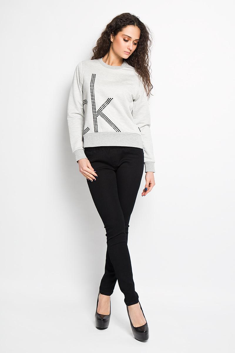 Джемпер женский. J2EJ203886J2EJ203886Стильный женский джемпер от Calvin Klein Jeans, выполненный из высококачественного материала, будет отличным дополнением в вашем гардеробе. Модель прямого кроя с длинными рукавами и круглым вырезом горловины оформлена оригинальным принтом. Вырез горловины, манжеты и низ кофты выполнены вязкой резинка. Джемпер по бокам оформлен небольшими разрезами. Классический покрой, лаконичный дизайн, безукоризненное качество. Идеальный вариант для тех, кто ценит комфорт и качество.