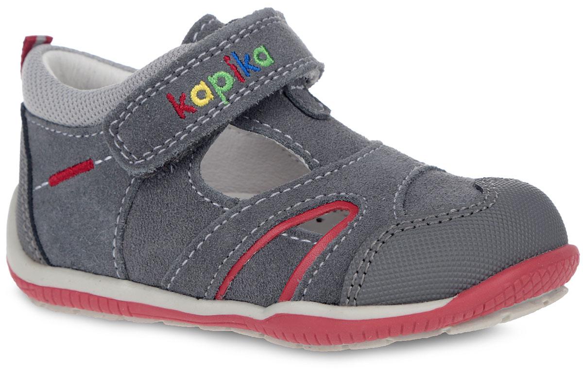Сандалии22277-2Очаровательные сандалии от Kapika не оставят равнодушным вашего мальчика! Модель, изготовленная из комбинации натуральной кожи и замши, дополнена по верху светлой прострочкой, вдоль канта - вставкой из текстиля, на заднике - текстильным ярлычком для более удобного надевания обуви. Ремешок с застежкой-липучкой, оформленный цветной вышивкой в виде названия бренда, прочно закрепит модель на ножке. Внутренняя поверхность выполнена из натуральной кожи. Стелька из натуральной кожи дополнена супинатором с перфорацией, который обеспечивает правильное положение ноги ребенка при ходьбе, предотвращает плоскостопие. Анатомическая стелька обеспечивает воздухопроницаемость, отличную амортизацию, сохранение комфортного микроклимата обуви, эффективное поглощение влаги и неприятных запахов. Мысок и задник дополнены накладками для дополнительной защиты пальцев. Максимально комфортная подошва с протектором обеспечивает отличное сцепление с поверхностью. Практичные и стильные сандалии займут достойное...