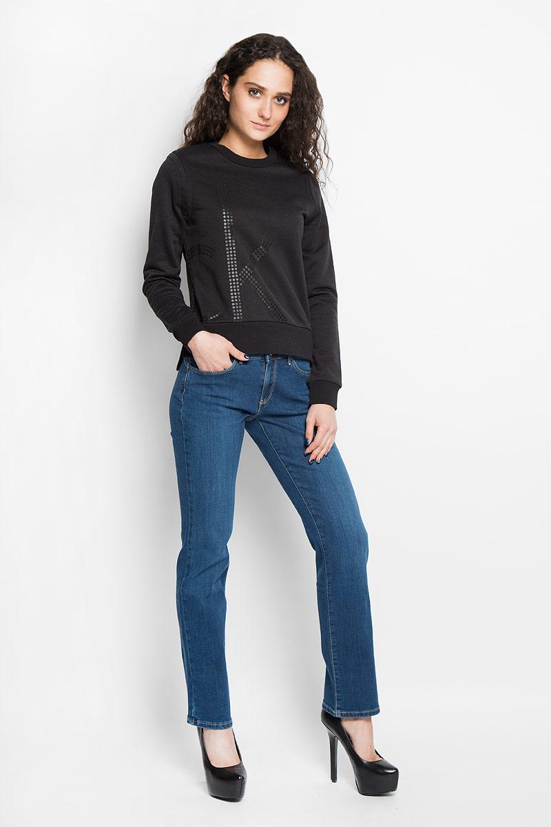 J2EJ203886Стильный женский джемпер от Calvin Klein Jeans, выполненный из высококачественного материала, будет отличным дополнением в вашем гардеробе. Модель прямого кроя с длинными рукавами и круглым вырезом горловины оформлена оригинальным принтом. Вырез горловины, манжеты и низ кофты выполнены вязкой резинка. Джемпер по бокам оформлен небольшими разрезами. Классический покрой, лаконичный дизайн, безукоризненное качество. Идеальный вариант для тех, кто ценит комфорт и качество.