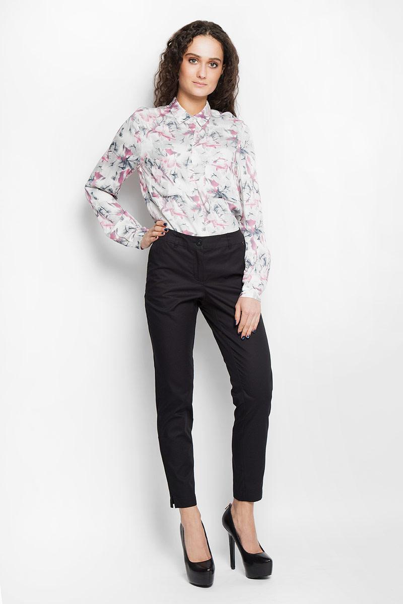 БрюкиB16-11022Стильные женские брюки Finn Flare, выполненные из 100% хлопка, великолепно дополнят ваш образ и позволят подчеркнуть свой неповторимый стиль. Модель стандартной посадки и зауженного кроя застегивается на ширинку на застежке- молнии, а также на пуговицу в поясе. Изделие дополнено двумя втачными карманами спереди и имитацией карманов сзади. Имеются шлевки для ремня. Штанины оснащены декоративными разрезами снизу. Эти модные и в тоже время комфортные брюки послужат отличным дополнением к вашему гардеробу. В них вы всегда будете чувствовать себя уютно и уверенно.