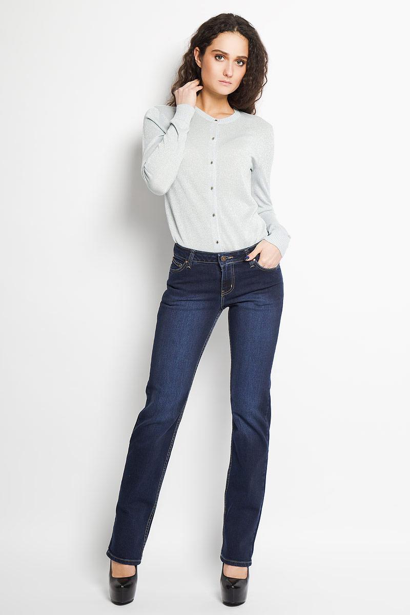 Джинсы женские. 1950/102431950/10243_w.darkСтильные женские джинсы F5 - это джинсы высочайшего качества, которые прекрасно сидят. Они выполнены из высококачественного эластичного хлопка, что обеспечивает комфорт и удобство при носке. Классические прямые джинсы средней посадки станут отличным дополнением к вашему современному образу. Джинсы застегиваются на пуговицу в поясе и ширинку на застежке-молнии, имеются шлевки для ремня. Джинсы имеют классический пятикарманный крой: спереди модель оформлена двумя втачными карманами и одним маленьким накладным кармашком, а сзади - двумя накладными карманами. Модель оформлена декоративными потертостями. Эти модные и в тоже время комфортные джинсы послужат отличным дополнением к вашему гардеробу.