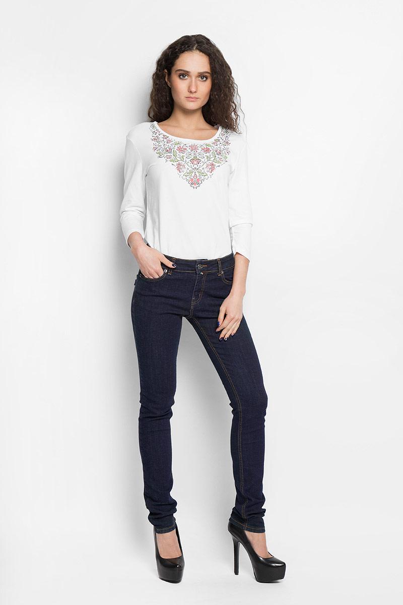 Джинсы женские. 19341/ECCO19341/ECCO_w.darkСтильные женские джинсы F5 созданы специально для того, чтобы подчеркивать достоинства вашей фигуры. Модель зауженного кроя и стандартной посадки. Джинсы застегиваются на металлическую пуговицу в поясе и ширинку на застежке-молнии, имеются шлевки для ремня. Джинсы имеют классический пятикарманный крой: спереди модель дополнена двумя втачными карманами и одним маленьким накладным кармашком, а сзади - двумя накладными карманами. Изделие оформлено контрастной строчкой. Эти модные и в тоже время комфортные джинсы послужат отличным дополнением к вашему гардеробу.