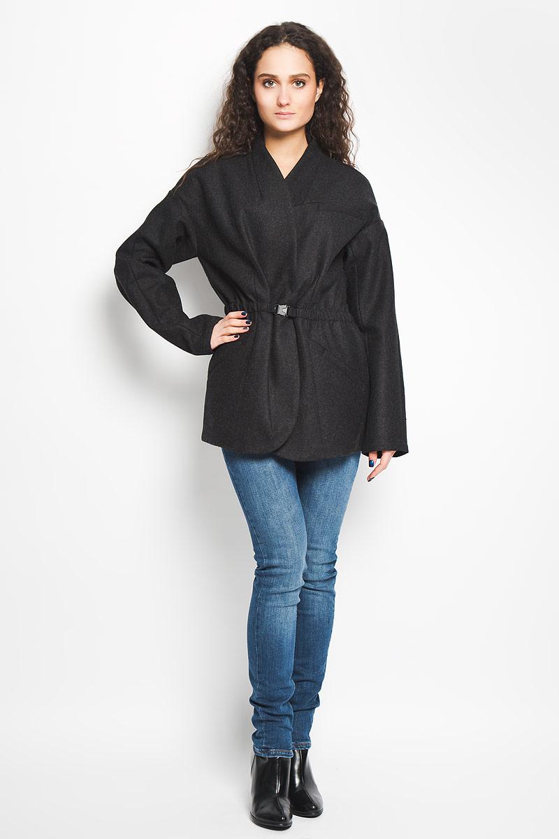 ПальтоJ2IJ204334Стильное женское пальто Calvin Klein Jeans, выполненное из сочетания высококачественных материалов, рассчитано на прохладную погоду. Модель приталенного кроя с V-образным воротником и длинными рукавами застегивается на две скрытые кнопки и дополнительно снаружи на затягивающийся эластичный пояс с защелкой, который скрыт внутри изделия. Внутри основная часть изделия выполнена из хлопковой подкладки. Спереди пальто дополнено прорезным карманом на груди и двумя боковыми прорезными карманами. Предусмотрен внутренний прорезной открытый карман. В этом пальто вам будет уютно, комфортно и вы всегда будете в центре винимая.