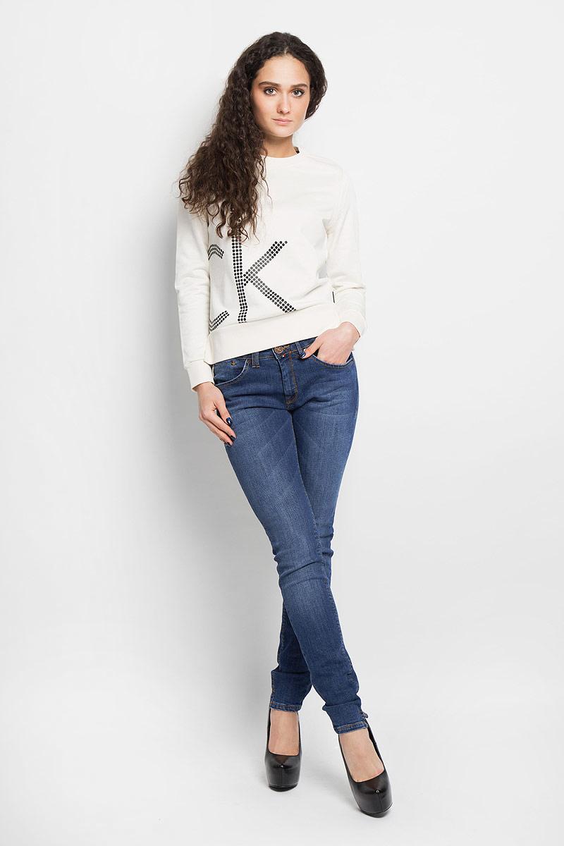 Джинсы женские. 19561/616019561/6160_w.darkСтильные женские джинсы F5 созданы специально для того, чтобы подчеркивать достоинства вашей фигуры. Модель зауженного кроя с заниженной посадкой. Джинсы застегиваются на металлическую пуговицу в поясе и ширинку на застежке-молнии, имеются шлевки для ремня. Джинсы имеют классический пятикарманный крой: спереди модель дополнена двумя втачными карманами и одним маленьким накладным кармашком, а сзади - двумя накладными карманами. Изделие оформлено контрастной строчкой, вышитыми звездами и металлическим логотипом бренда. Низ брючины дополнен небольшим разрезом. Эти модные и в тоже время комфортные джинсы послужат отличным дополнением к вашему гардеробу.