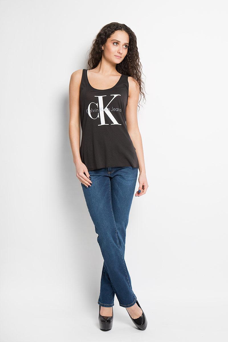 МайкаJ2IJ204334Отличная женская майка Calvin Klein Jeans, выполненная из лиоцелла и хлопка, обладает высокой теплопроводностью, воздухопроницаемостью и гигроскопичностью, позволяет коже дышать. Модель с круглым вырезом горловины оформлена термоаппликацией в виде логотипа бренда. Такая майка подарит вам комфорт в течение всего дня и послужит замечательным дополнением к вашему гардеробу.