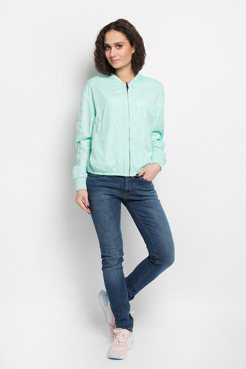 КурткаMV004-WHITEЯркая женская двухсторонняя куртка Calvin Klein изготовлена из 100% полиэстера и не имеет наполнителя. Модель очень легкая и отлично подойдет для прохладной погоды. Куртка прямого кроя, застёгивается на застёжку-молнию по всей длине. Вырез горловины дополнен небольшим воротником-стойкой, а низ изделия эластичной резинкой, обеспечивая дополнительную защиту от ветра. Одна сторона куртки выполнена из перфорированного материала и оснащена врезными карманами на молнии. Другая сторона гладкая и дополнена открытыми прорезными карманами. Очень комфортная и стильная куртка будет прекрасным выбором для повседневной носки и подчеркнет вашу индивидуальность.