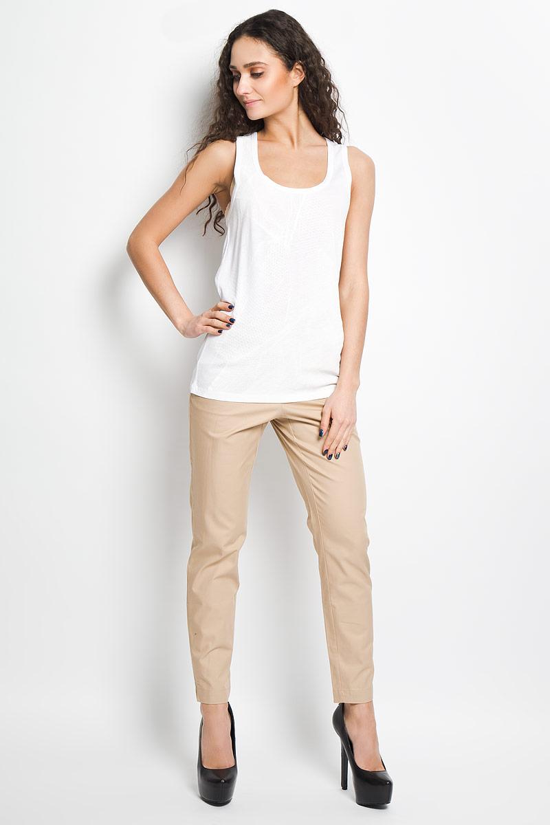 J2IJ204334Стильная женская майка Calvin Klein, выполненная из высококачественного материала с содержанием хлопка, необычайно мягкая и приятная на ощупь, не сковывает движения, обеспечивая комфорт. Модель с круглым вырезом горловины на широких бретелях. Вырез горловины и проймы рукавов дополнены бейками, что предотвращает деформацию при носке. Спереди модель дополнена небольшим металлическим декоративным элементом с наименованием бренда. Майка Calvin Klein станет отличным дополнением к вашему гардеробу.