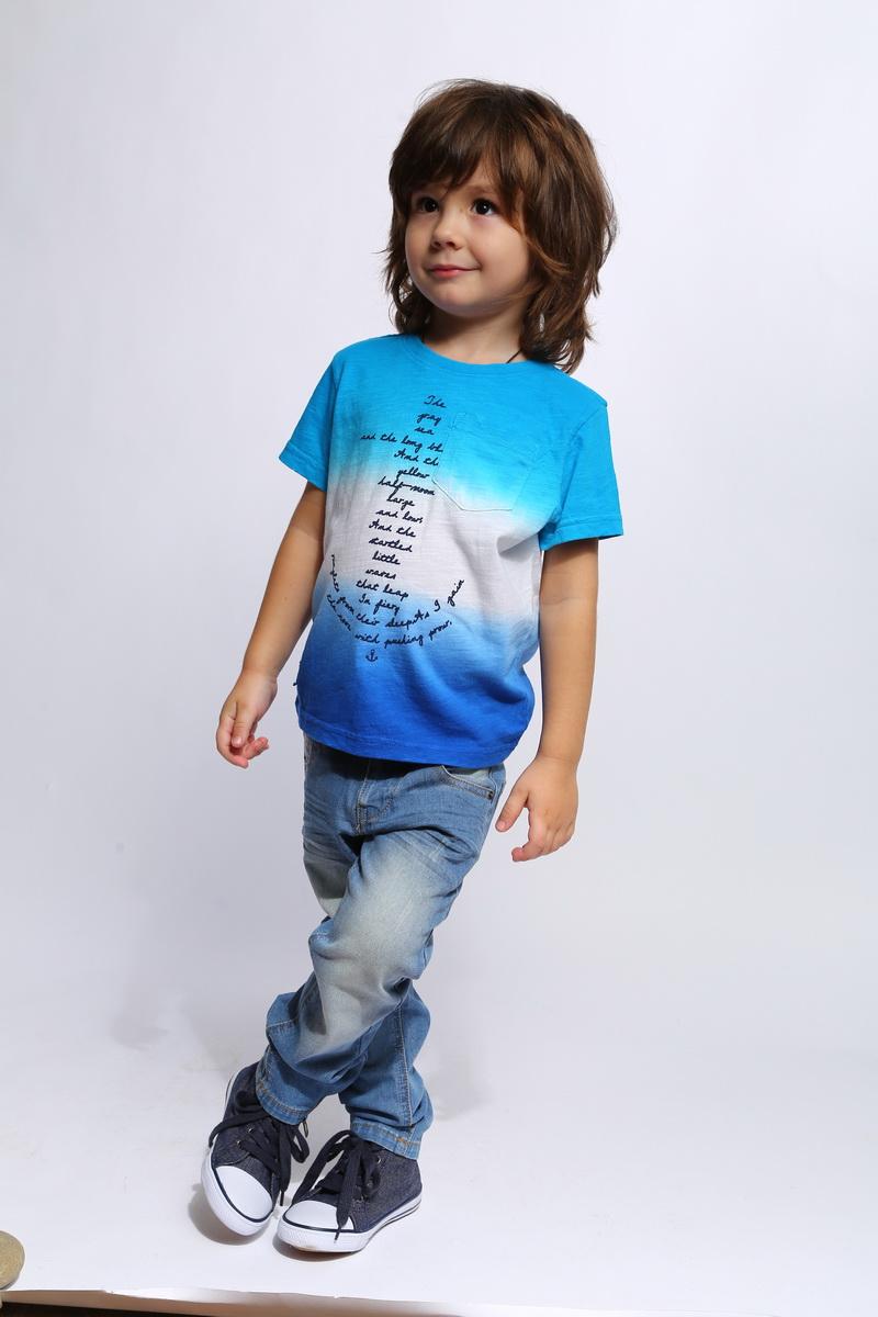 ФутболкаSS16-CJS-BTS-097Футболка для мальчика Gino de Luka станет отличным дополнением к гардеробу юного модника. Изготовленная из натурального хлопка, она очень мягкая и приятная на ощупь, не сковывает движения и позволяет коже дышать, обеспечивая наибольший комфорт. Футболка с круглым вырезом горловины и короткими рукавами оформлена принтовыми надписями. Вырез горловины дополнен трикотажной резинкой. На груди расположен накладной кармашек. Изделие украшено сбоку небольшой нашивкой с названием бренда. Яркий дизайн, актуальная цветовая гамма и интересный декор делают эту футболку стильным предметом детской одежды. В ней ребенок будет чувствовать себя уютно и комфортно, и всегда будет в центре внимания!
