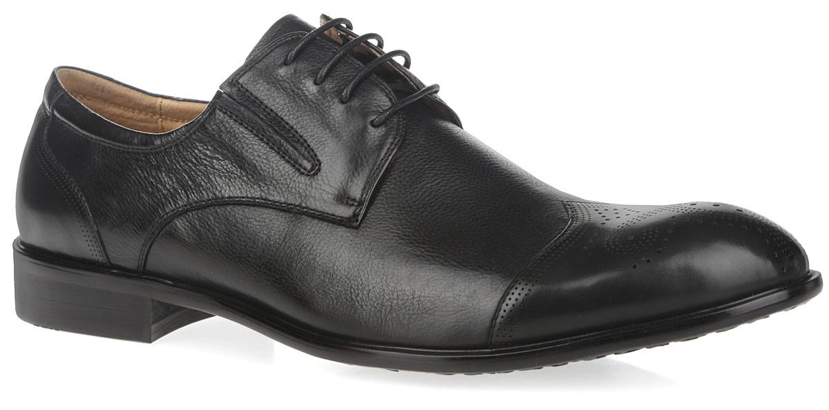 M24000Элегантные мужские полуботинки от Vitacci займут достойное место в вашем гардеробе. Модель, выполненная из натуральной высококачественной кожи, оформлена декоративной перфорацией на мысе и заднике. Шнуровка прочно зафиксирует модель на вашей ноге. Эластичные вставки по бокам обеспечивают идеальную посадку модели на ноге. Подкладка и стелька из натуральной кожи обеспечивают комфорт при ходьбе. Низкий каблук устойчив. Подошва с рифлением обеспечивает идеальное сцепление с любыми поверхностями. Изысканные полуботинки отлично дополнят ваш модный образ.