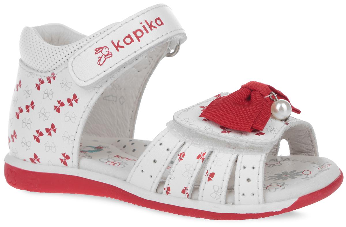 31149-2Очаровательные сандалии от Kapika покорят вашу девочку с первого взгляда! Модель выполнена из натуральной кожи и оформлена принтом в виде бантиков. Нижний ремешок украшен текстильным бантом, декорированным подвеской в виде бусины. Ремешки на застежках-липучках обеспечивают оптимальную посадку обуви на ноге, не давая ей смещаться из стороны в сторону и назад. Стелька из натуральной кожи дополнена супинатором, который обеспечивает правильное положение ноги ребенка при ходьбе, предотвращает плоскостопие. Подошва с рифлением в виде цветочного рисунка обеспечивает идеальное сцепление с любой поверхностью. Стильные сандалии поднимут настроение вам и вашей дочурке!