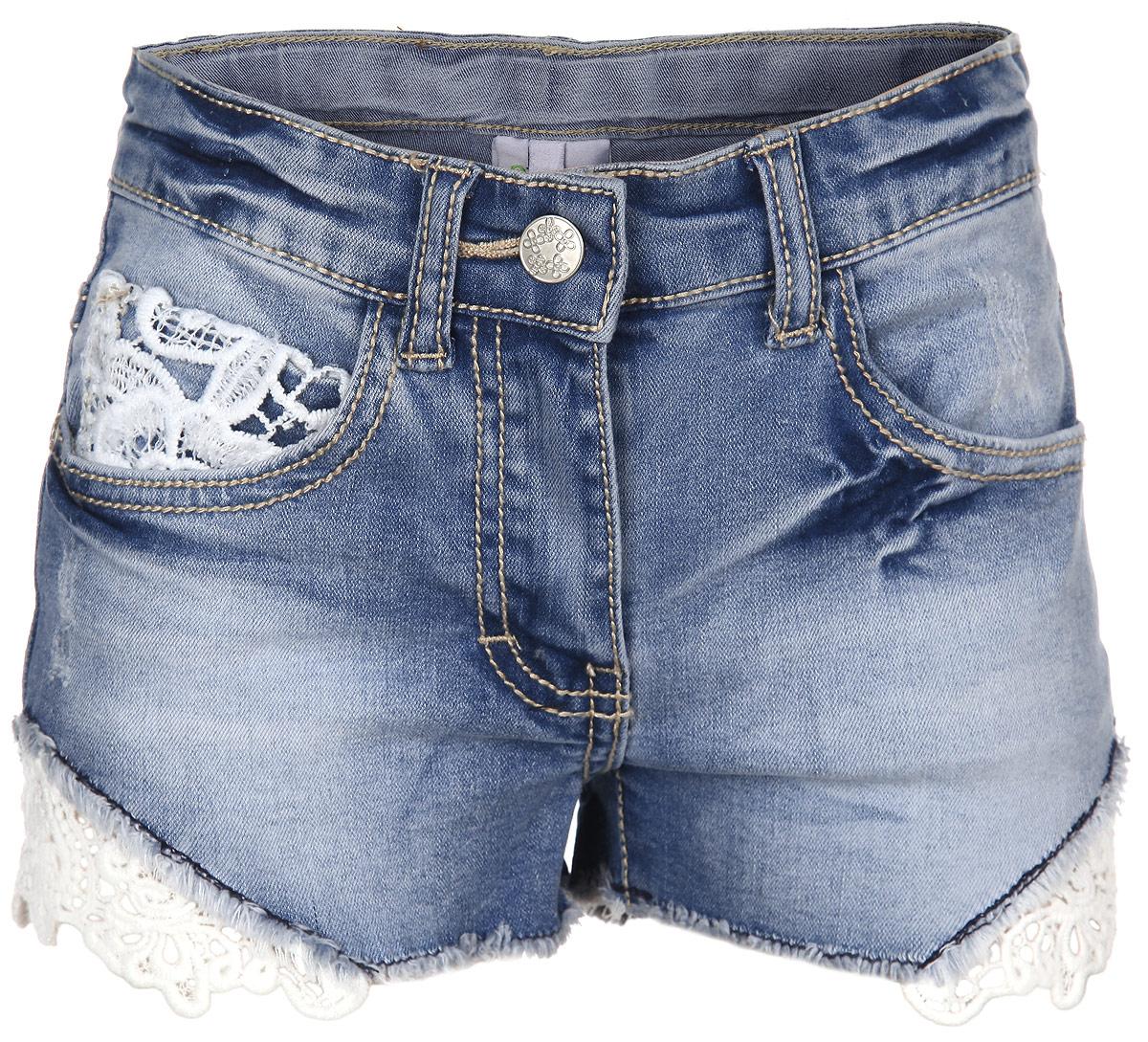 Шорты для девочки. 164056164056Стильные джинсовые шорты для девочки Scool идеально подойдут для активного отдыха и прогулок. Изготовленные из эластичного хлопка с добавлением полиэстера, они необычайно мягкие и приятные на ощупь, не сковывают движения малышки и позволяют коже дышать, не раздражают даже самую нежную и чувствительную кожу ребенка, обеспечивая наибольший комфорт. Короткие шортики застегиваются на ширинку на застежке-молнии и пуговицу на поясе. С внутренней стороны объем пояса регулируется при помощи эластичной резинки с пуговицей. Модель дополнена двумя втачными карманами и маленьким накладным кармашком спереди, а также двумя накладными карманами сзади. Шорты оформлены изысканными кружевными вставками. Оригинальный современный дизайн и модная расцветка делают эти шорты модным и стильным предметом детского гардероба. В них ваша малышка всегда будет в центре внимания!