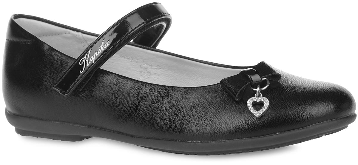 93062-1Чудесные туфли от Kapika очаруют вашу дочурку с первого взгляда! Модель выполнена из искусственной кожи. Мыс оформлен милым бантиком с металлической подвеской в форме сердца, инкрустированной стразами. Ремешок на застежке-липучке, оформленный названием бренда, отвечает за надежную фиксацию обуви на ноге. Подкладка из натуральной кожи предотвращает натирание. Стелька ЭВА с поверхностью из натуральной кожи дополнена супинатором, который обеспечивает правильное положение ноги ребенка при ходьбе, предотвращает плоскостопие. Рифленая поверхность каблука и подошвы обеспечивает идеальное сцепление с любыми поверхностями. Удобные туфли - незаменимая вещь в гардеробе каждой девочки.