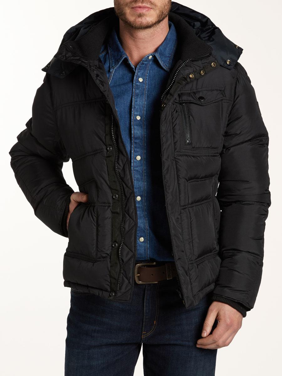 Куртка мужская The Protector. W4556W4556YF01Стильная мужская куртка Wrangler The Protector, изготовленная из водозащитной ткани с утеплителем из синтепона, подтвердит ваш статус модного и эффектного мужчины. Куртка с отстегивающимся капюшоном и трикотажным воротником-стойкой застегивается на пластиковую застежку-молнию и дополнительно имеет ветрозащитный клапан на кнопках. По бокам модель дополнена двумя большими прорезными карманами на молниях, а на груди - одним накладным карманом с клапаном на кнопке и прорезным кармашком на застежке-молнии. Капюшон, регулируемый эластичной кулиской со стопперами, пристегивается с помощью молнии. Рукава дополнены внутренними широкими трикотажными манжетами. Имеется четыре внутренних кармашка. Такая куртка обеспечит вам не только красивый внешний вид и комфорт, но и дополнительную защиту от холода и ветра.