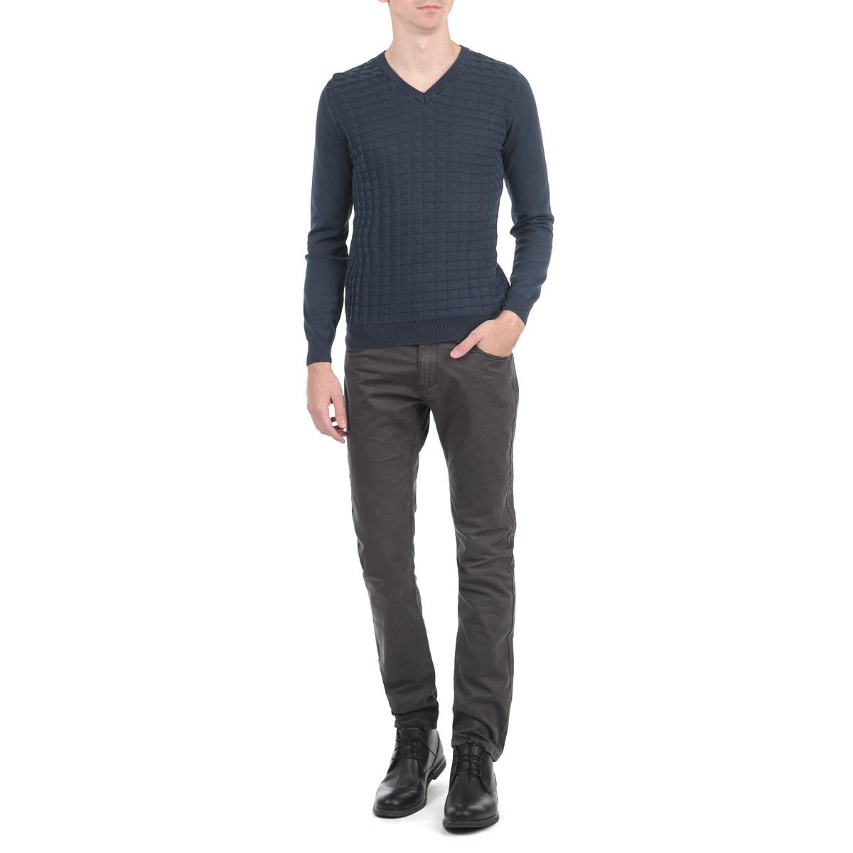 Брюки мужские Jake. 1015306110153061 749Стильные мужские брюки Broadway, выполненные из натурального хлопка высочайшего качества, необычайно мягкие и приятные на ощупь, не сковывают движения, обеспечивая наибольший комфорт. Брюки классического кроя и средней посадки застегиваются на пуговицу в поясе и ширинку на молнии, имеются шлевки для ремня. Спереди модель оформлена двумя втачными карманами с косыми срезами, а сзади - двумя нашивными карманами. Эти модные и в тоже время комфортные брюки послужат отличным дополнением к вашему гардеробу.