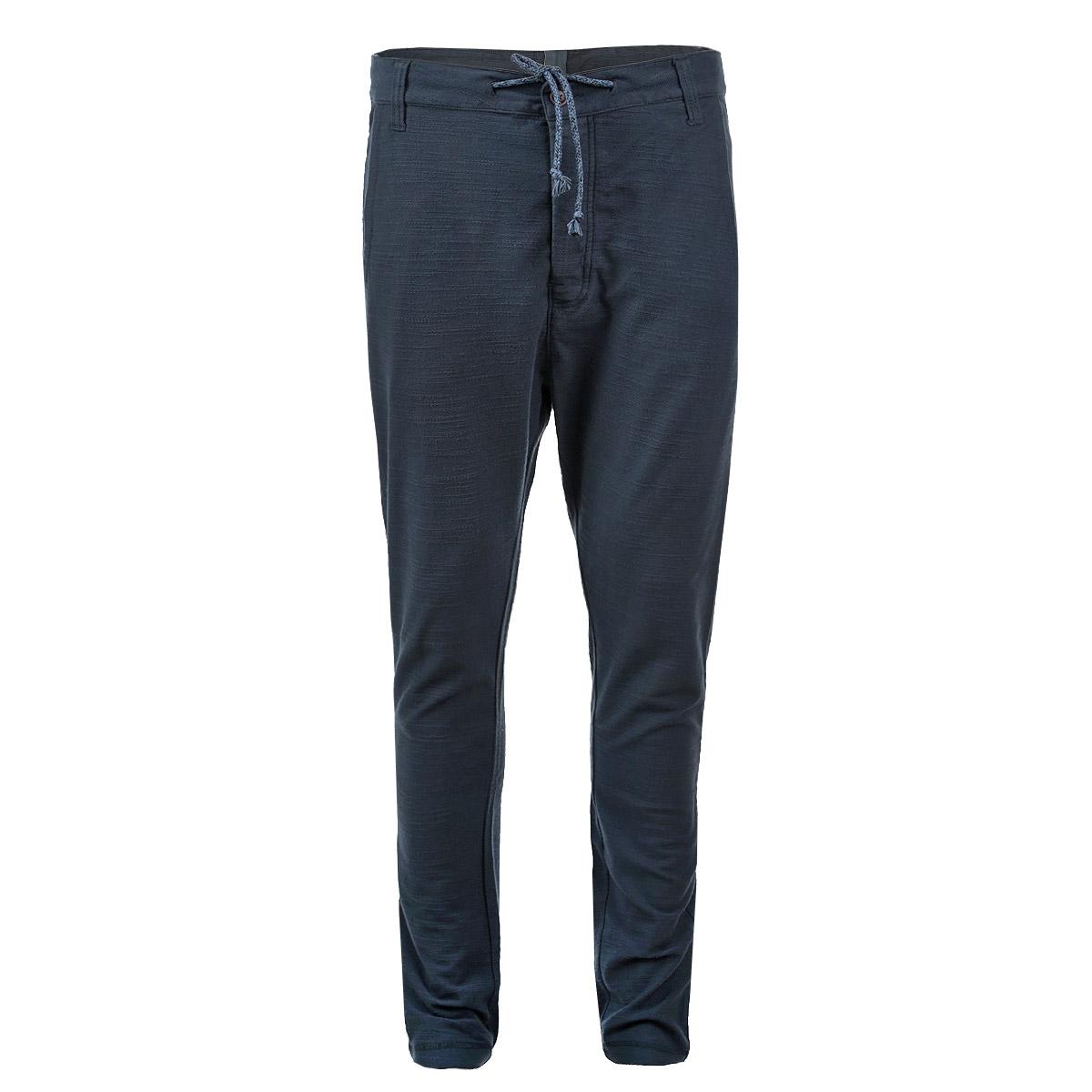 Брюки6828609.00.12Стильные мужские брюки Tom Tailor Denim станут отличным дополнением к вашему гардеробу. Модель прямого кроя и средней посадки изготовлена из высококачественного 100% хлопка, она великолепно пропускает воздух и обладает высокой гигроскопичностью. Застегиваются брюки на пуговицы, объем талии регулируется при помощи шнурка-кулиски. На поясе имеются шлевки для ремня. Спереди модель оформлена двумя втачными карманами с косыми срезами, сзади - один вшитый карман с клапаном на пуговице. Эти модные и в тоже время удобные брюки помогут вам создать оригинальный современный образ. В них вы всегда будете чувствовать себя уверенно и комфортно.