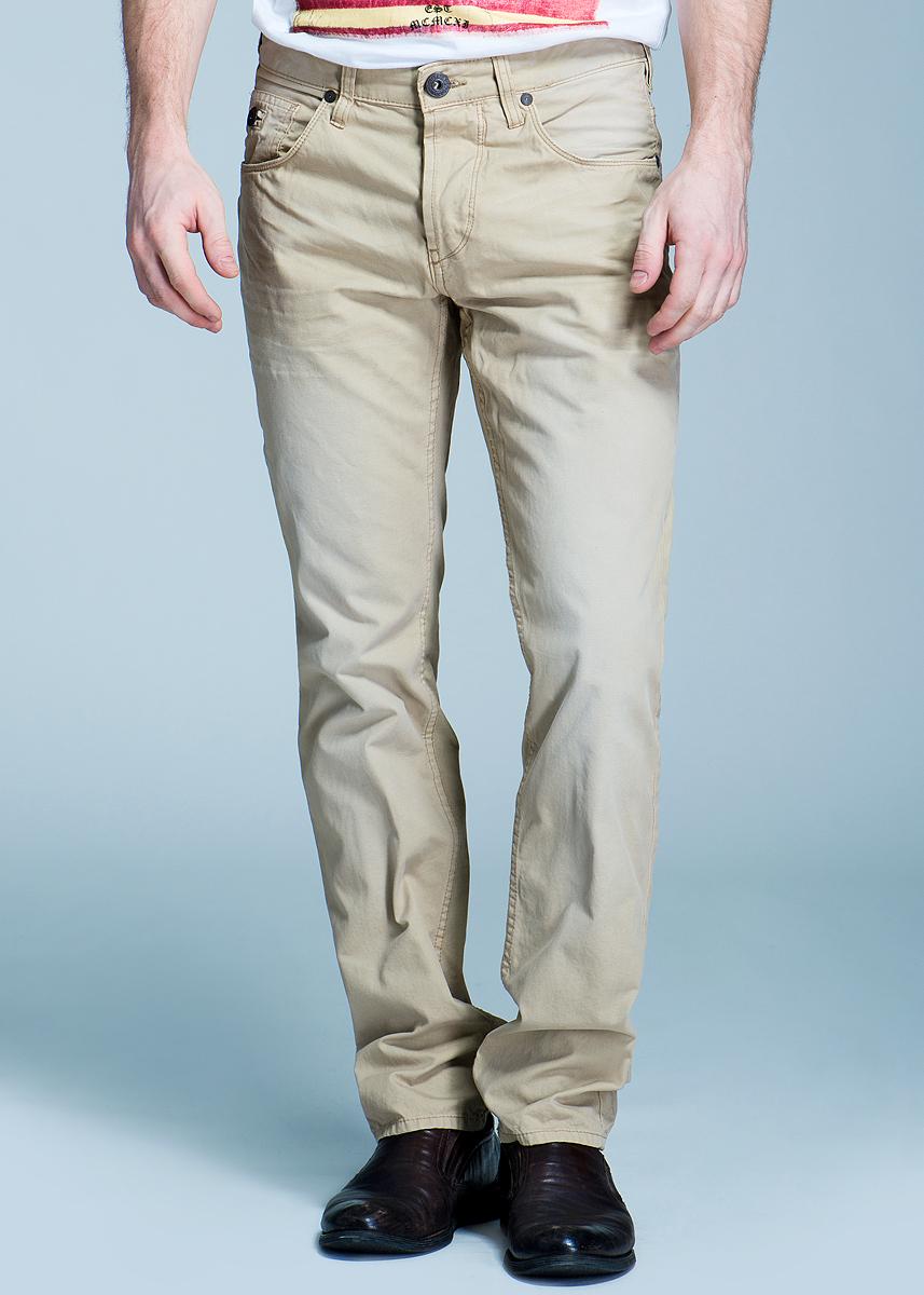 Брюки мужские. 6400983.00.126400983.00.12Стильные мужские брюки Chino высочайшего качества, слегка зауженного к низу кроя и заниженной посадки, станут отличным дополнением к вашему современному образу. Застегиваются брюки на пуговицу и ширинку на застежке-молнии, имеются шлевки для ремня. Спереди модель оформлена двумя втачными карманами и небольшим секретным кармашком, а сзади - двумя накладными карманами. Эти модные и в тоже время комфортные брюки послужат отличным дополнением к вашему гардеробу. В них вы всегда будете чувствовать себя уютно и комфортно.