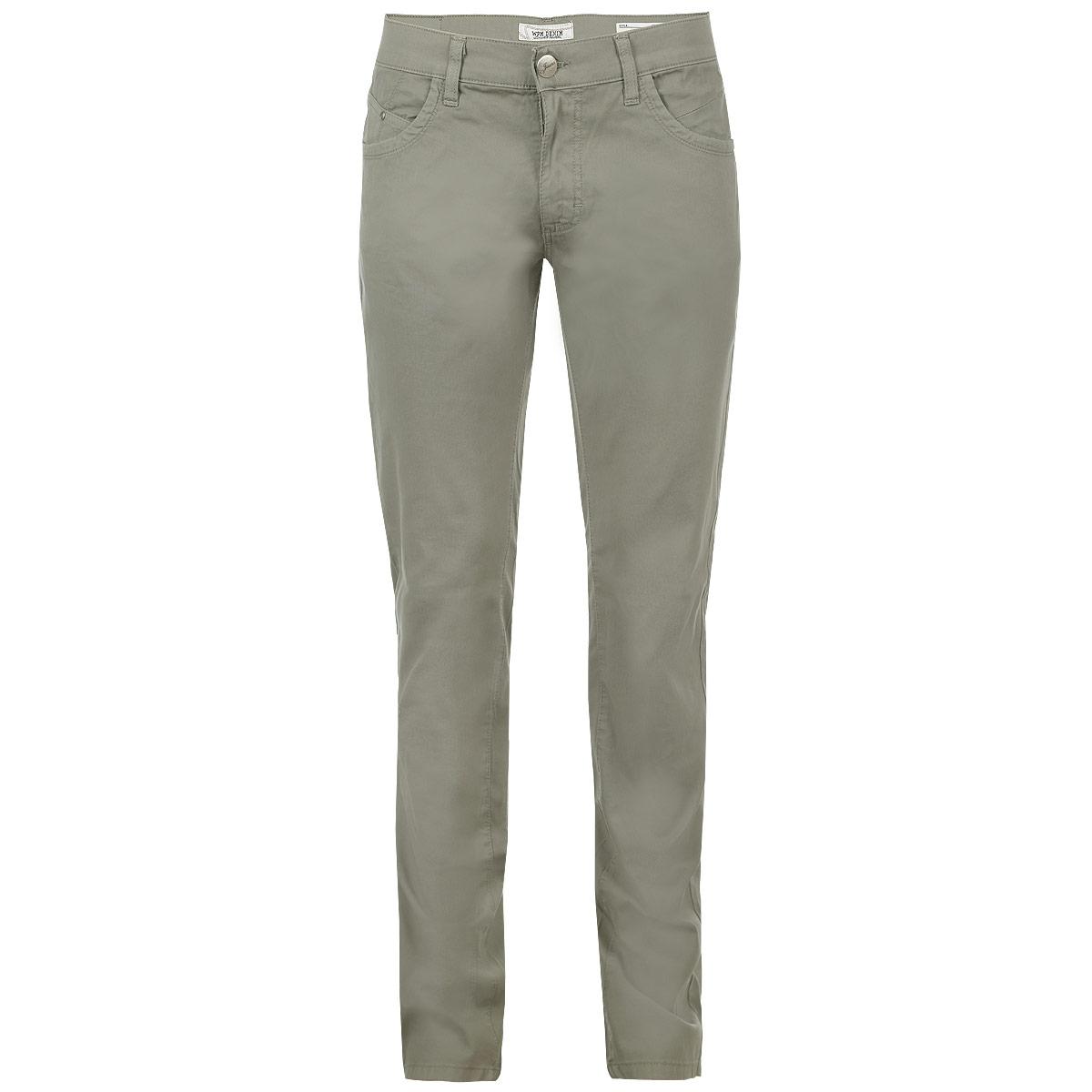 11018 2238 000Стильные мужские брюки WPM высочайшего качества, слегка зауженного к низу кроя и средней посадки, станут отличным дополнением к вашему современному образу. Застегиваются брюки на пуговицу и ширинку на застежке-молнии, имеются шлевки для ремня. Спереди модель оформлена двумя втачными карманами и двумя небольшими секретными кармашками, а сзади - двумя накладными карманами на пуговицах. Эти модные и в тоже время комфортные брюки послужат отличным дополнением к вашему гардеробу. В них вы всегда будете чувствовать себя уютно и комфортно.
