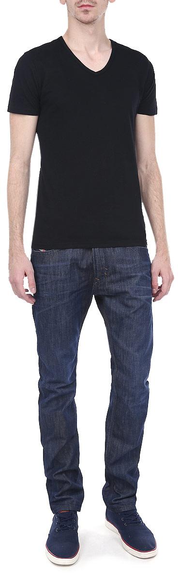 Джинсы мужские Thavar. 00CKS1-0842N/0100CKS1-0842N/01Стильные мужские джинсы Diesel Thavar - джинсы высочайшего качества, которые прекрасно сидят. Модель зауженного кроя и средней посадки изготовлена из высококачественного плотного хлопка, не сковывает движения и дарит комфорт. Застегиваются джинсы на пуговицу в поясе и ширинку на молнии, имеются шлевки для ремня. Спереди модель дополнена двумя втачными карманами и одним секретным кармашком, а сзади - двумя накладными карманами. Джинсы оформлены тертым эффектом, перманентными складками и контрастной отстрочкой. Эти модные и в тоже время удобные джинсы помогут вам создать оригинальный современный образ. В них вы всегда будете чувствовать себя уверенно и комфортно.