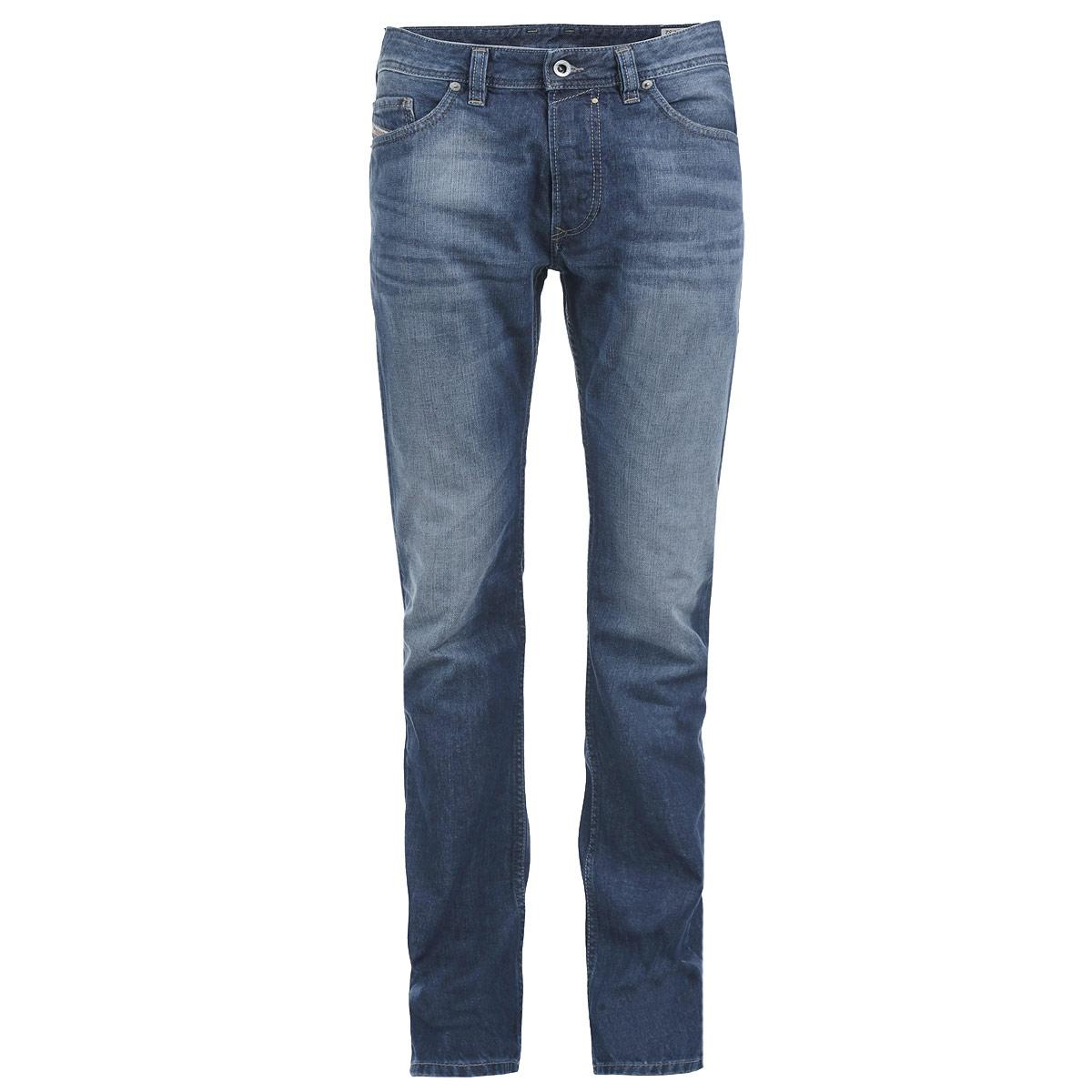Джинсы мужские. 00C03G-0842C00C03G-0842C/01Стильные мужские джинсы Diesel - джинсы высочайшего качества, которые прекрасно сидят. Они отлично сочетаются с разными рубашками и футболками, создавая образ, как на каждый день, так и для отдыха. Джинсы средней посадки изготовлены из высококачественного 100% хлопка, не сковывают движения и пропускают воздух, позволяя коже дышать. Джинсы имеют ширинку на пуговицах, пояс дополнен шлевками для ремня. Джинсы имеют классический пятикарманный крой: спереди модель дополнена двумя втачными карманами и одним маленьким накладным кармашком, а сзади - двумя накладными карманами. Эти модные и в тоже время удобные джинсы помогут вам создать оригинальный современный образ. В них вы всегда будете чувствовать себя уверенно и комфортно.