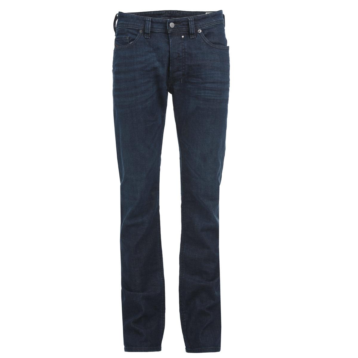 Джинсы мужские. 00C03G-0845B00C03G-0845B/01Стильные мужские джинсы Diesel - джинсы высочайшего качества, которые прекрасно сидят. Они отлично сочетаются с разными рубашками и футболками, создавая образ, как на каждый день, так и для отдыха. Джинсы средней посадки изготовлены из высококачественного эластичного хлопка, не сковывают движения и пропускают воздух, позволяя коже дышать. Джинсы имеют ширинку на пуговицах, пояс дополнен шлевками для ремня. Джинсы имеют классический пятикарманный крой: спереди модель дополнена двумя втачными карманами и одним маленьким накладным кармашком, а сзади - двумя накладными карманами. Эти модные и в тоже время удобные джинсы помогут вам создать оригинальный современный образ. В них вы всегда будете чувствовать себя уверенно и комфортно.