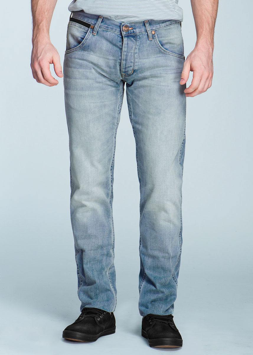 Джинсы мужские Spencer. W184W2W184W248XСтильные мужские джинсы Wrangler Spencer - джинсы высочайшего качества на каждый день, которые прекрасно сидят. Модель прямого кроя и заниженной посадки изготовлены из высококачественного материала, не сковывают движения. Застегиваются джинсы на пуговицу в поясе и ширинку на пуговицах, имеются шлевки для ремня. Спереди модель оформлены двумя втачными карманами и одним небольшим секретным кармашком, а сзади - двумя накладными карманами. Эти модные и в тоже время комфортные джинсы послужат отличным дополнением к вашему гардеробу. В них вы всегда будете чувствовать себя уютно и комфортно.