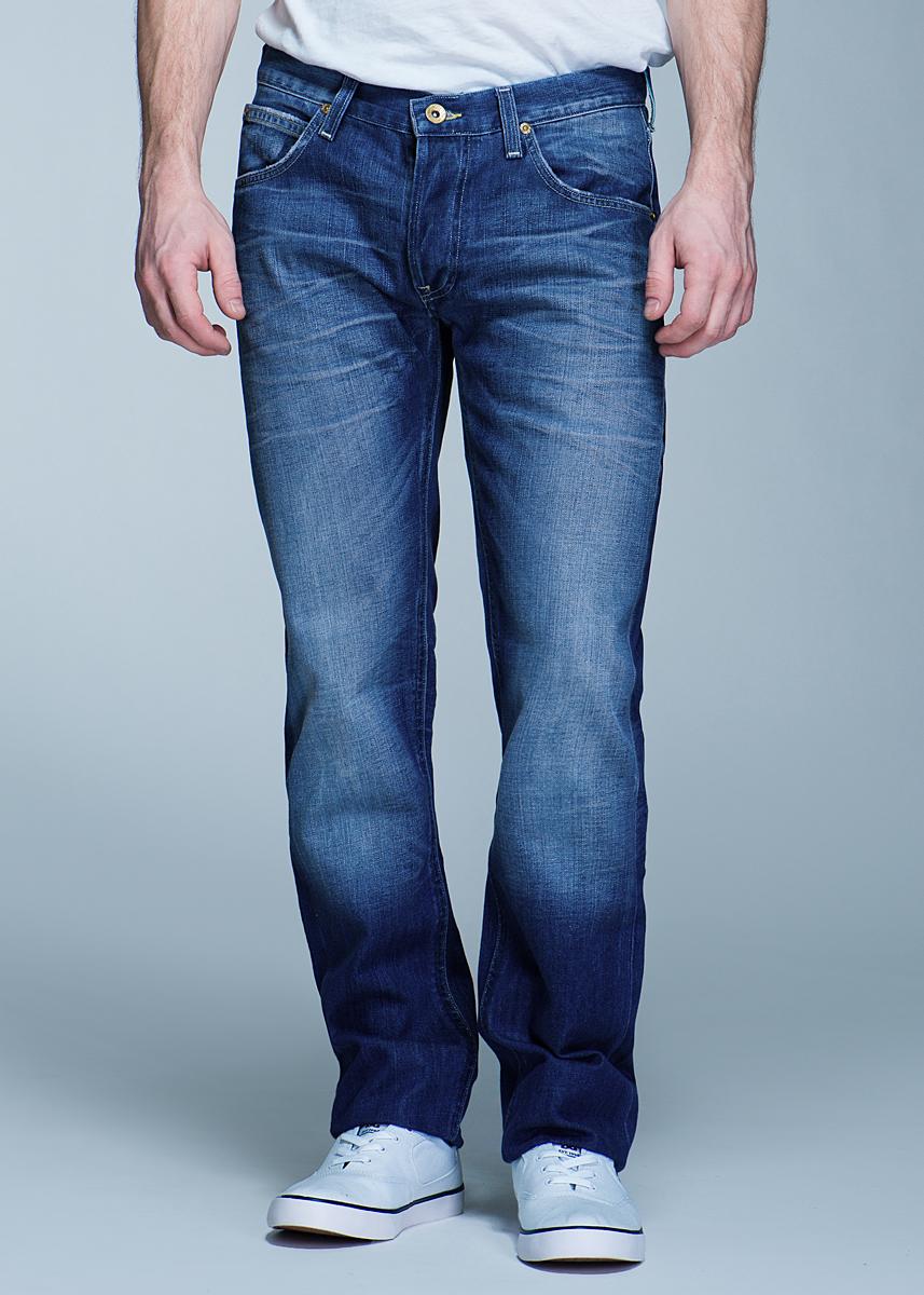 Джинсы мужские Daren. L706AUBUL706AUBUСтильные мужские джинсы Lee Daren - джинсы высочайшего качества на каждый день, которые прекрасно сидят. Модель прямого кроя и средней посадки изготовлены из высококачественного материала, не сковывают движения. Застегиваются джинсы на пуговицу в поясе и ширинку на застежке-молнии, имеются шлевки для ремня. Спереди модель оформлены двумя втачными карманами и одним небольшим секретным кармашком, а сзади - двумя накладными карманами. Эти модные и в тоже время комфортные джинсы послужат отличным дополнением к вашему гардеробу. В них вы всегда будете чувствовать себя уютно и комфортно.