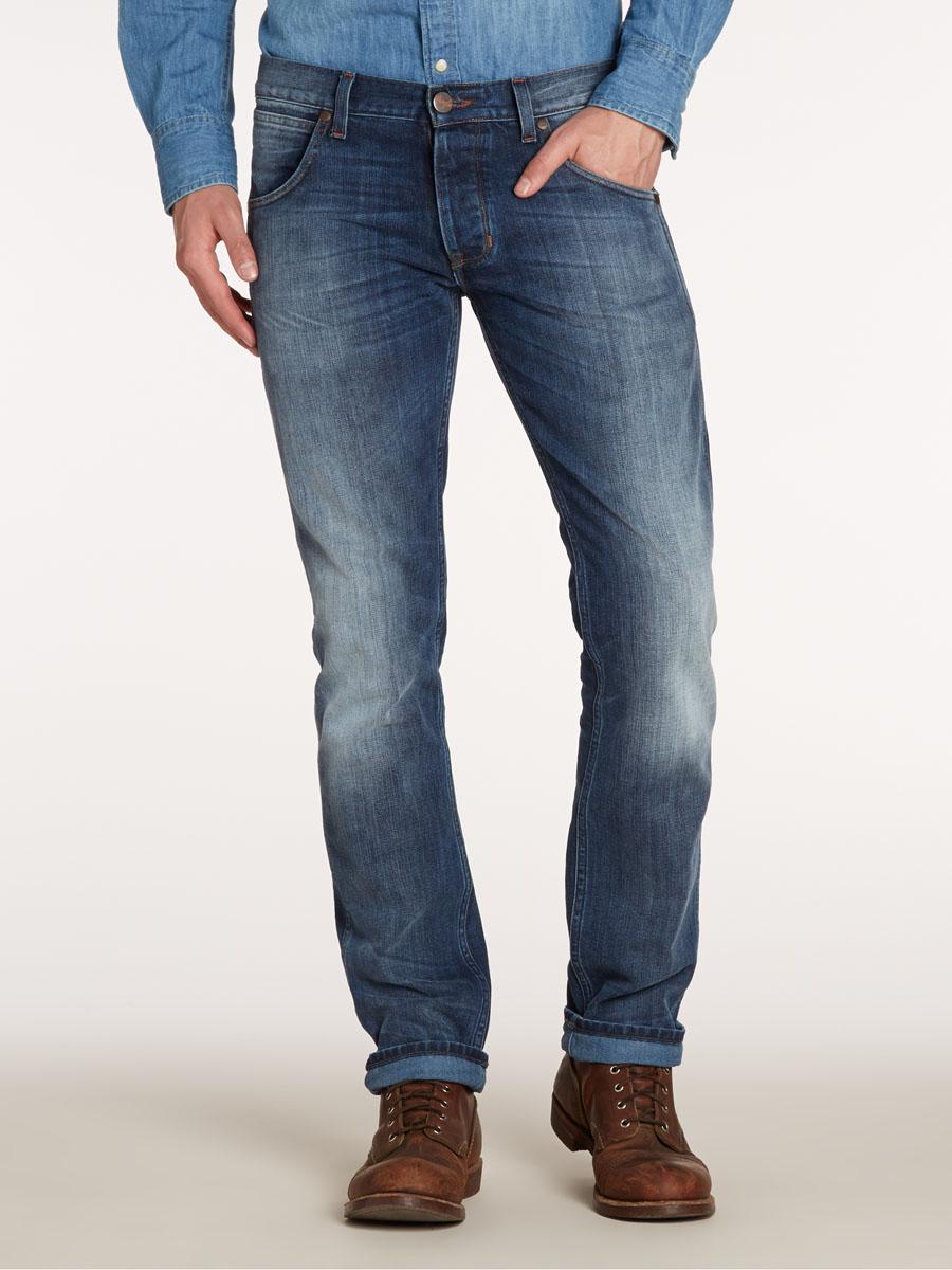 Джинсы мужские Spencer. W184W751XW184W751XСтильные мужские джинсы Wrangler Spencer - джинсы высочайшего качества на каждый день, которые прекрасно сидят. Модель зауженного к низу кроя и средней посадки. Джинсы изготовлены из высококачественного материала, не сковывают движения. Застегиваются джинсы на пуговицу в поясе и ширинку на пуговицах, имеются шлевки для ремня. Спереди модель оформлены двумя втачными карманами и одним небольшим секретным кармашком, а сзади - двумя накладными карманами. Эти модные и в тоже время комфортные джинсы послужат отличным дополнением к вашему гардеробу. В них вы всегда будете чувствовать себя уютно и комфортно.