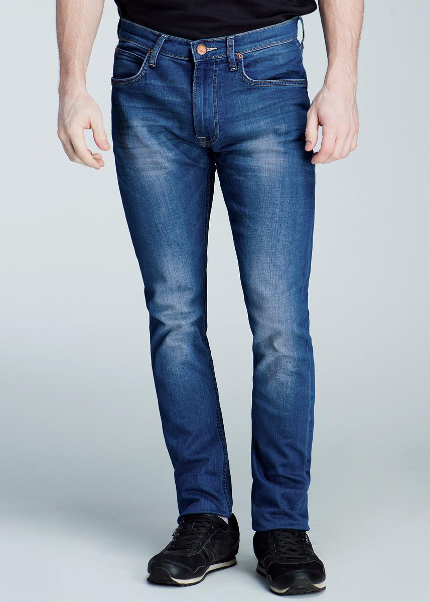 Джинсы мужские Luke. L719DOL719DOAMСтильные мужские джинсы Lee Luke - джинсы высочайшего качества на каждый день, которые прекрасно сидят. Модель зауженного к низу кроя и средней посадки изготовлены из высококачественного материала, не сковывают движения. Застегиваются джинсы на пуговицу в поясе и ширинку на застежке-молнии, имеются шлевки для ремня. Спереди модель оформлены двумя втачными карманами и одним небольшим секретным кармашком, а сзади - двумя накладными карманами. Эти модные и в тоже время комфортные джинсы послужат отличным дополнением к вашему гардеробу. В них вы всегда будете чувствовать себя уютно и комфортно.