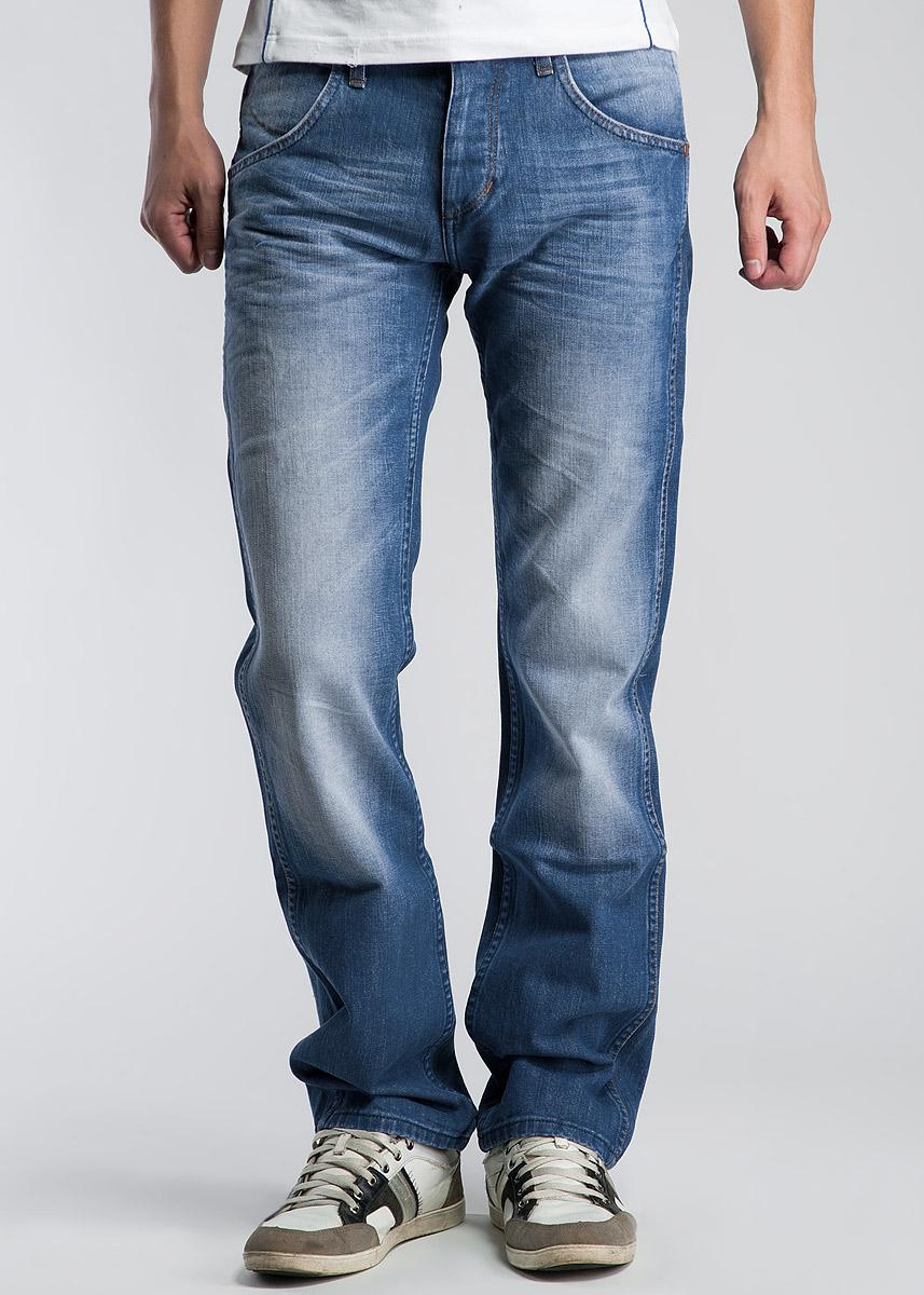 Джинсы мужские Crank. W10HW10HAO38LСтильные мужские джинсы Wrangler Crank, выполненные из высококачественного материала, подходят большинству мужчин. Модель прямого кроя и низкой посадки станут отличным дополнением к вашему современному образу. Джинсы дополнены на заднем кармане нашивкой с логотипом бренда. Застегиваются брюки на пуговицы, имеются шлевки для ремня. Спереди модель оформлены двумя боковыми карманами, а сзади - двумя втачными карманами на пуговицах. Эти модные и в тоже время комфортные джинсы послужат отличным дополнением к вашему гардеробу. В них вы всегда будете чувствовать себя уютно и комфортно.