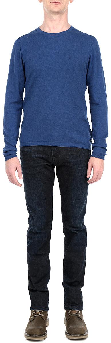 ПуловерJ3EJ301944Стильный мужской пуловер Calvin Klein Jeans, изготовленный из высококачественного хлопка, не сковывает движения, обеспечивая наибольший комфорт. Модель с круглым вырезом горловины великолепно сидит, а однотонная расцветка прекрасно сочетается с любыми нарядами. На груди изделие оформлено вышитым логотипом. Горловина, низ и манжеты пуловера отделаны резинкой. Этот мягкий и комфортный пуловер станет отличным дополнением к вашему гардеробу. В нем вы всегда будете чувствовать себя уютно в прохладное время года.